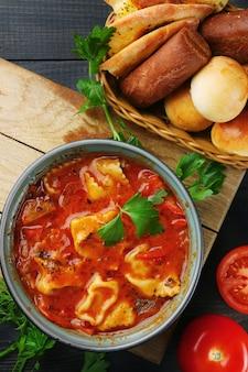 Zuppa caucasica con le tagliatelle. lagman e khachapuri sulla vista superiore del tavolo in legno.