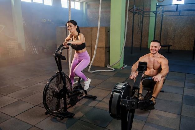 Uomo e donna caucasici di sport durante l'allenamento in palestra.