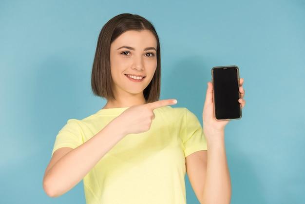 Ragazza teenager caucasica che tiene il cellulare
