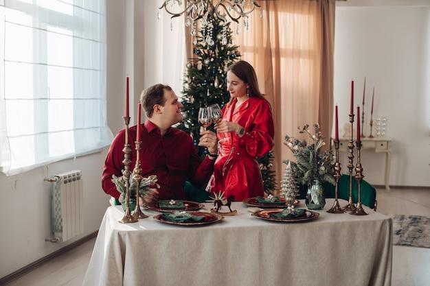 Donna caucasica in abito rosso corto e suo marito festeggiano il natale insieme