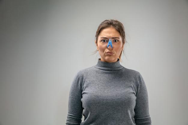 Donna caucasica che indossa la chiusura a spillo per la protezione delle vie respiratorie