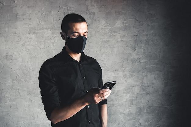 Giovane caucasico in maschera usa e getta. protezione contro virus e infezioni.