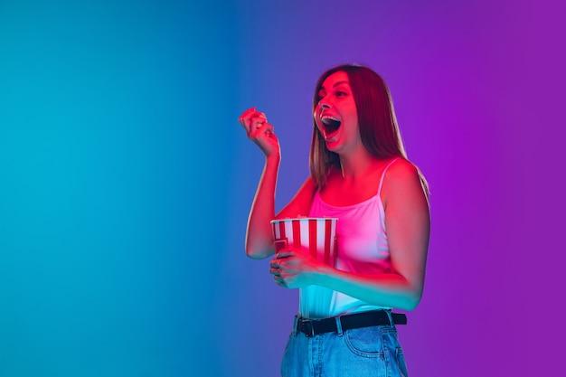 Ritratto di giovane donna caucasica isolato su gradiente viola-blu