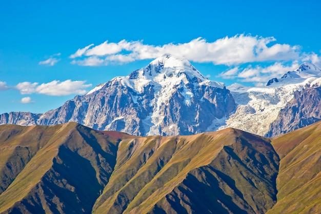 Catena montuosa del caucaso in georgia. paesaggio di montagna