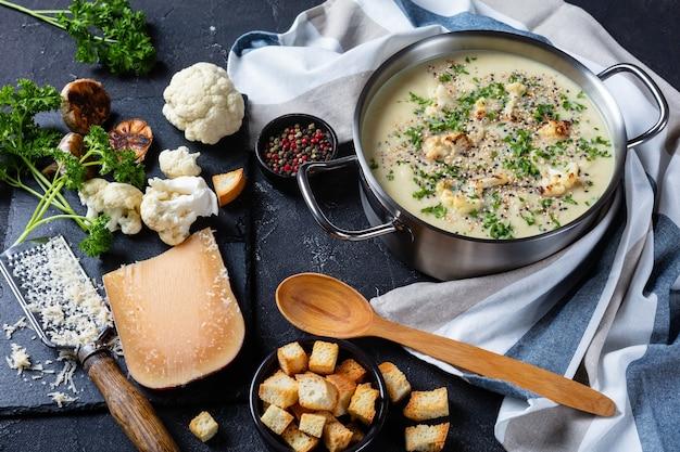 Zuppa di cavolfiore con formaggio asiago