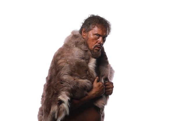 Uomo antico delle caverne con una mazza l'era glaciale