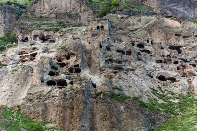Città-monastero rupestre vardzia. vardzia si trova nei monti erusheti sulla riva sinistra del fiume kura. vista dal monastero alla valle del fiume e pendii verdi