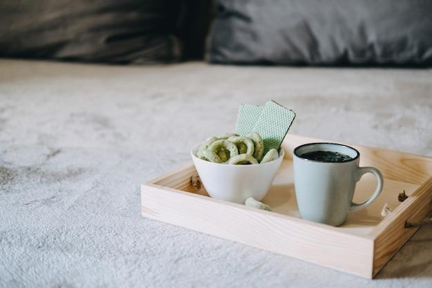 Cbd commestibili cbdinfused snack wafer di canapa con cannabis testy snack cbd in ciotola e tazza di erbe