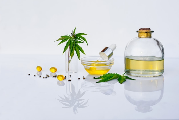 Olio di cbd e tintura di cannabis sulla scrivania del laboratorio bianco. concetto di marijuana medica e medicina alternativa