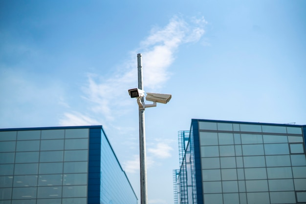 Una telecamera a circuito chiuso nella strada della città, il grande fratello e il concetto di privacy