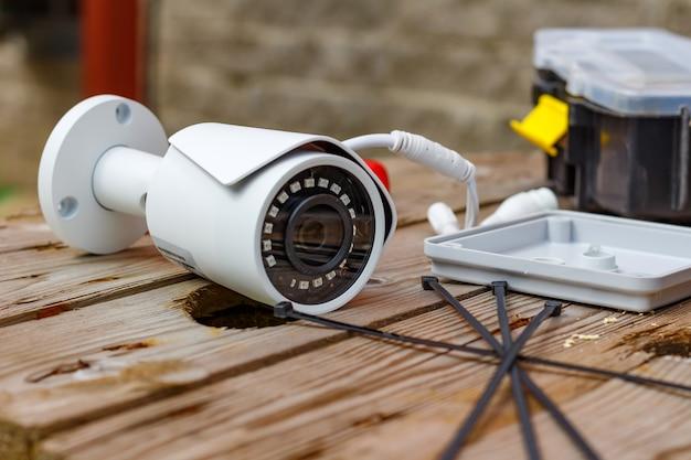 Telecamera tvcc e materiali di consumo per il montaggio su una superficie in legno