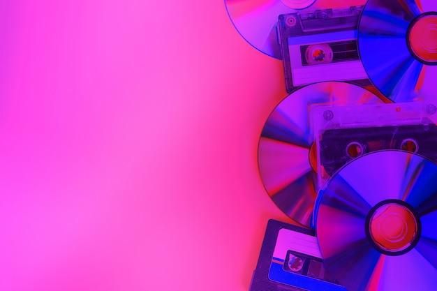 Dischi cd e sfondo di cassette audio