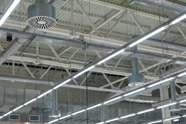 Aria condizionata a soffitto del tetto dello stadio o della sala espositiva