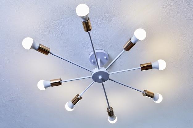 Plafoniera, lampadario in alluminio verniciato bianco con otto lampadine a led.