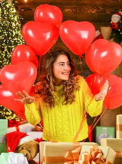 Celebra l'amore. design aerodinamico. mongolfiera cuore rosso. sorpresa. tradizione festiva. albero di natale felice della ragazza. festeggia le vacanze. sentirsi amato. la donna gode di un'atmosfera accogliente. celebrazione delle vacanze.