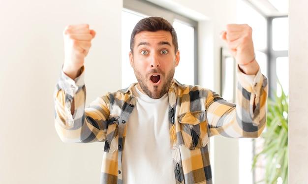 Festeggiando un incredibile successo come un vincitore, sembrando eccitato e felice di dire prendilo!