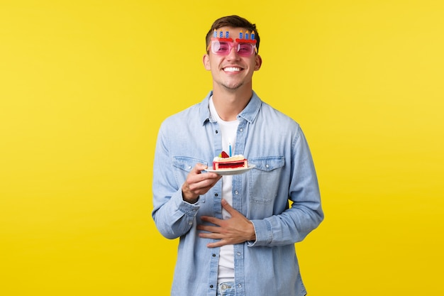 Celebrazione vacanze e persone emozioni concetto buon compleanno soddisfatto ragazzo in occhiali da sole da festa sm...