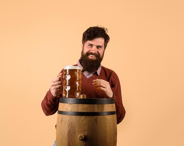 Celebrazione dell'oktoberfest festival brewery concept uomo barbuto che beve birra pub e bar brewer craft
