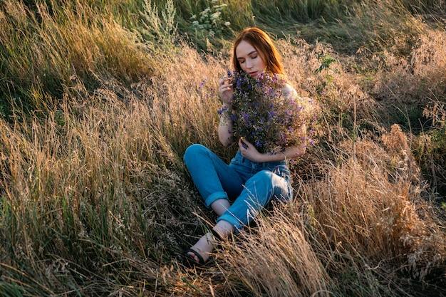 Celebrazione della bellezza interiore di sé autoamore autoconsolante autocelebrazione felice giovane ragazza che tiene