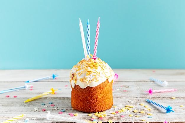 Cupcake celebrativo con candele. decorazioni per un compleanno o una vacanza.