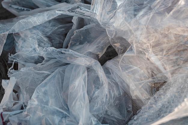 Fondo dei rifiuti di imballaggio del cellophane. problemi di smaltimento dei rifiuti ed ecologia dei materiali utilizzati. riciclo e riutilizzo del cellophane.
