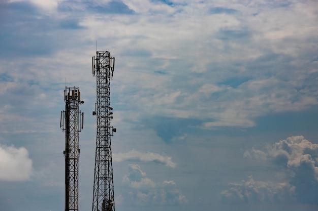 Torre cellulare contro un cielo blu con nuvole. copia spazio.
