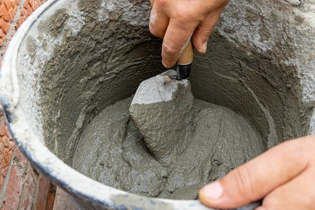 Cemento sabbia miscela di calcestruzzo in un secchio di plastica