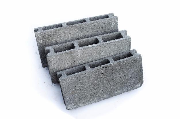 Blocco di mattoni pieni di cemento su sfondo bianco