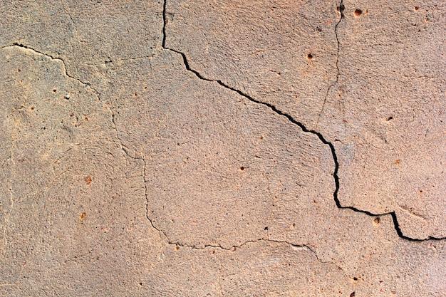 Muro di cemento con una trama crepa
