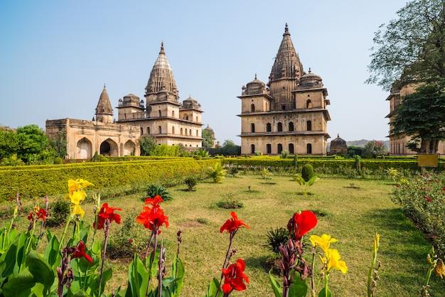Cenotafi a orchha, madhya pradesh. anche orcha, famosa destinazione di viaggio in india. giardini di moghul, cielo blu.