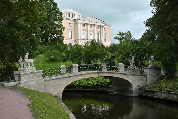 Statua del centauro al ponte del centauro a pavlovsk, russia