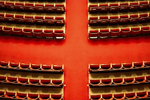 Sala centrale del teatro di vienna con tappeto rosso