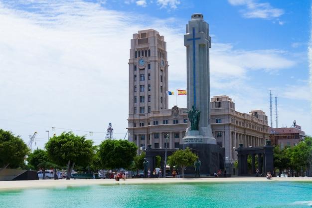 La piazza centrale di santa cruz de tenerife con il monumento in onore dei popoli ha dato la vita per la spagna, canarias spain
