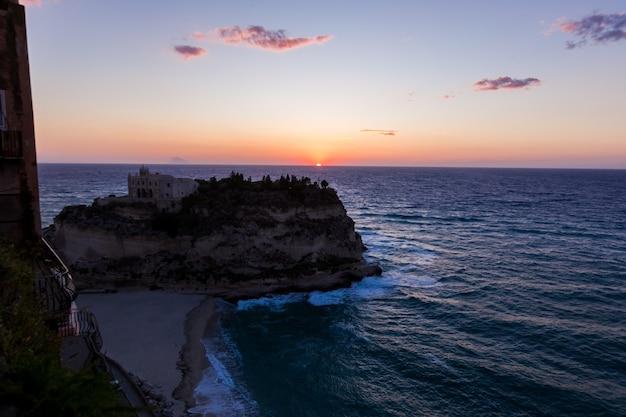 Monastero del secolo in cima al santuario dell'isola di santa maria durante il tramonto tropea