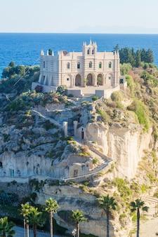 Monastero del secolo in cima al santuario di santa maria isola di tropea calabria italia spiaggia di tropea sul mar tirreno