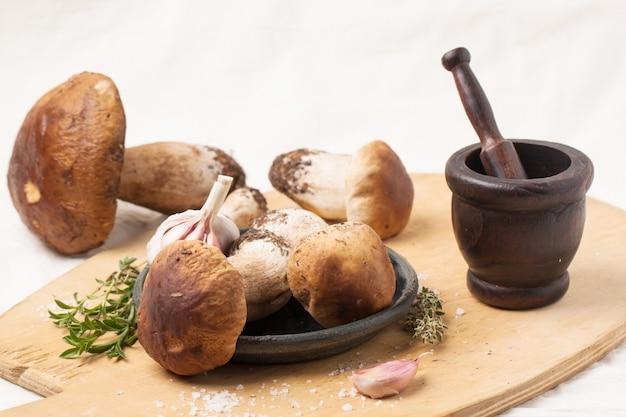 Funghi porcini con mortaio vintage