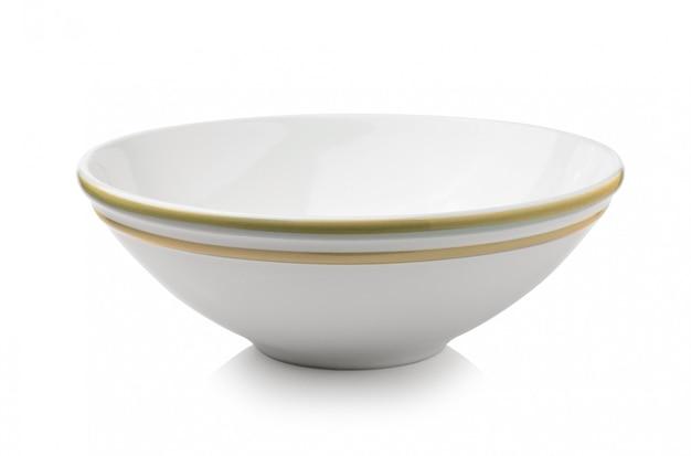 Ciotola di ceramica isolata su spazio bianco