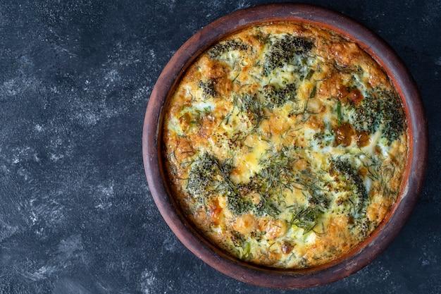 Ciotola in ceramica con frittata di verdure, semplice cibo vegetariano.