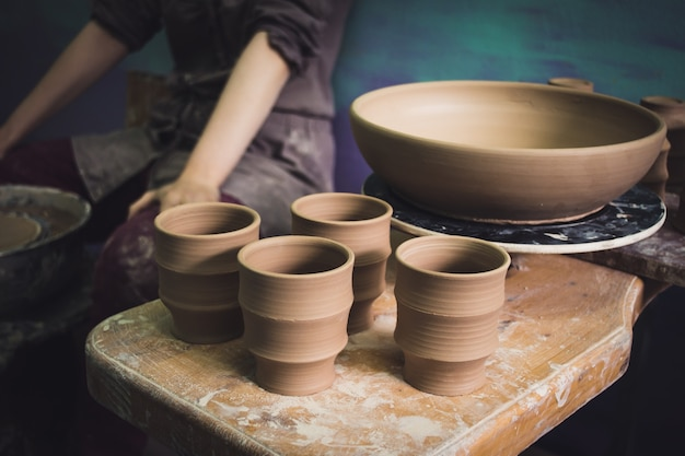 I prodotti dell'argilla ceramica stanno sulla macro del primo piano dello scaffale
