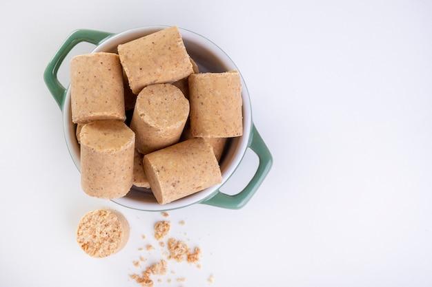 Contenitore in ceramica con dolci a base di arachidi conosciuti in brasile come paã§oca.