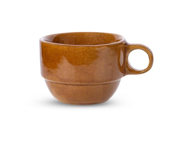 Tazza in ceramica isolata su sfondo bianco.