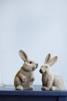 Coniglio di figurina vintage di lepri di pasqua in ceramica su uno sfondo di muro grigio