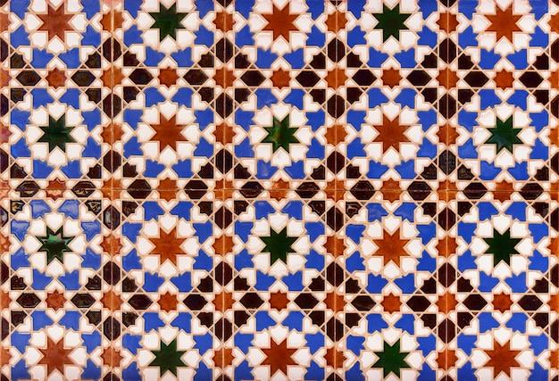 Piastrelle smaltate in ceramica con ornamenti tradizionali marocchini