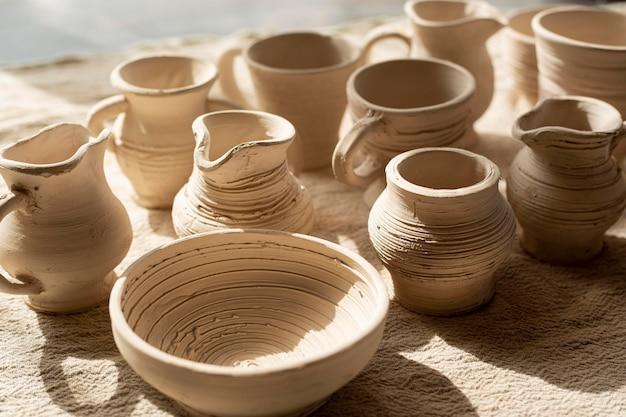 Vasi in ceramica e concetto di ceramica piatto