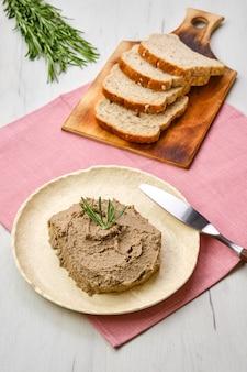 Piatto in ceramica con patè di fegato