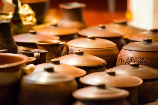 Vasi di ceramica dall'argilla nel negozio di artigianato artistico
