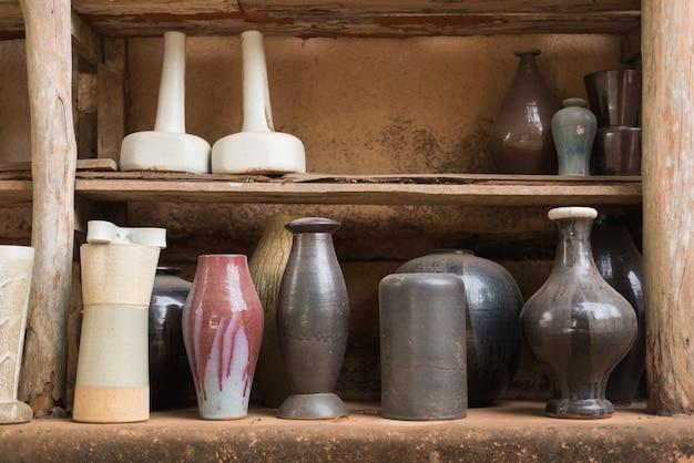 Vasi in ceramica sullo scaffale