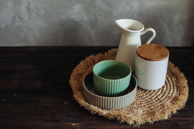 Stoviglie in ceramica su tovagliolo eco. stoviglie su un tavolo di legno