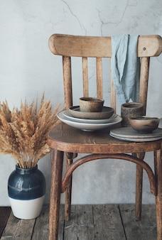 Ceramica su una vecchia sedia in legno concetto di materiali naturali