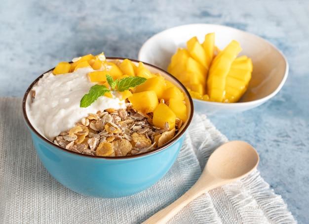 Ciotola di cereali con mango e yogurt